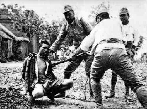 Japanese-bayonet-practice-on-live-prisoner
